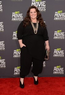 Melissa McCarthy wore a simple jumpsuit and dress it up with accessories